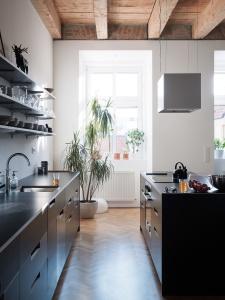 Home inspiration | black kitchen | open shelves | hardwood floor