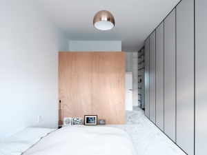 JRKVC designed clean and functional apartment using full height bookshelf as a space divider: JRKVC - TRN Apartment Refurbishment