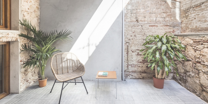Räs studio transforms the former commercial space into a modern apartment in the heart of Barcelona