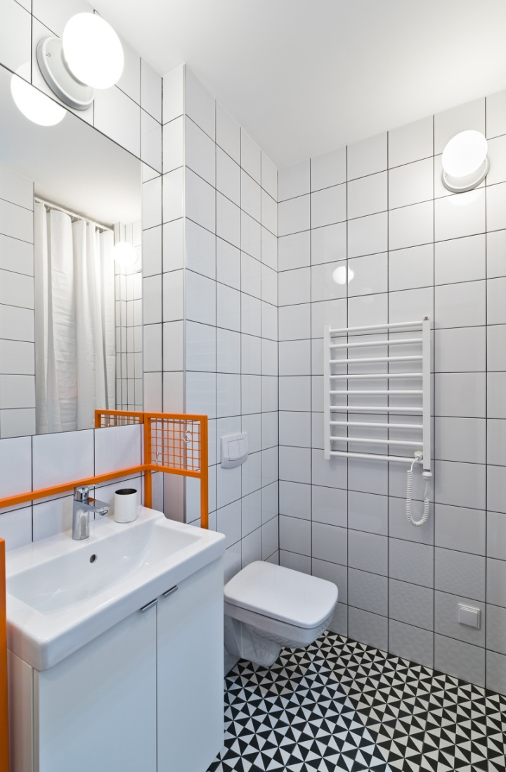 Adam Wiercinski Architekt - K103-4 | white bathroom | white tiles | black grout colour | simple bathroom