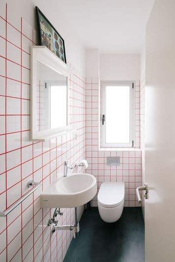 PYO arquitectos – Casa MA | white bathroom | white tiles | red grout colour | simple bathroom