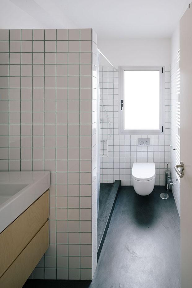 PYO arquitectos – Casa MA | white bathroom | white tiles | green grout colour | simple bathroom