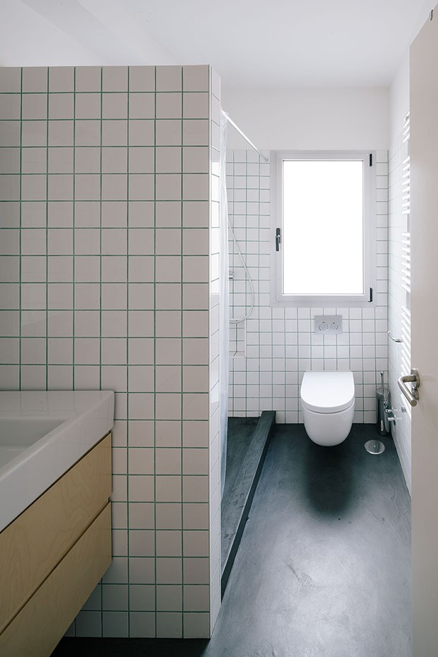 PYO arquitectos – Casa MA | white bathroom | white tiles | green grout colour | simple bathroom