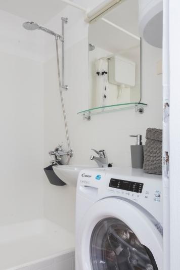 Apartment for daily rent | interior design | bathroom | light bathroom | neutral palette
