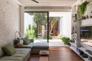 Estúdio BRA - Prajá House   narrow plot [ remodel   home remodel   contemporary   living room   modern   clean   green
